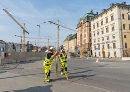 Inmätning av en byggnad för projekteringsinmätning och relationshandling och gör även sättnings och kontrollmätningar på byggnaden