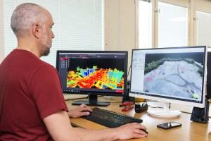 Mätingenjör i färd med att beräkna mängder, utför mängdreglering efter Mät och ersättningsregler från reality capture laserskanning