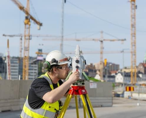 Mätningstekniker ifärd med att utför både utsättning och inmätning av ett stort komplicerat byggprojekt han upprättar även kontrollprogram för sättnings och kontrollmätningar