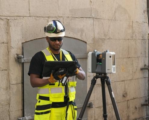 Mätningstekniker i färd med en av våra tjänster som är laserskanning av en byggnad i Gamla Stan i Stockholm. Han använder Leica rtc360 och ipad pro med Leica cyklone filed 360 och gör även sättnings och kontrollmätningar med laserskannern kallas reality capture