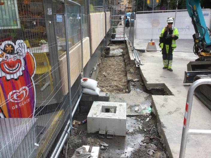 mätningstekniker kontrollerar höjd på betong